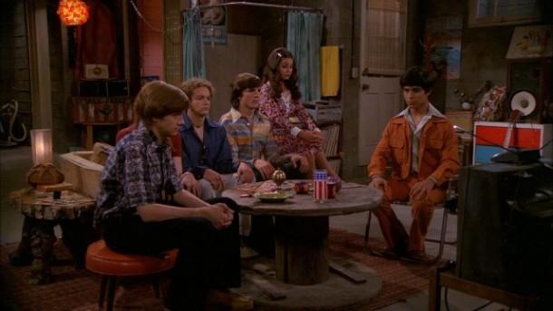 La bande de That '70s show dans le sous-sol d'Eric.